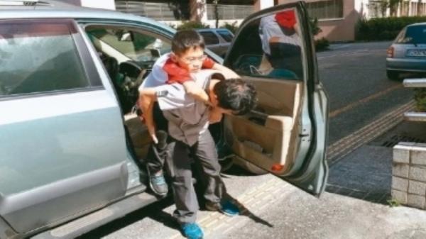 Em học sinh hiếu học được bố đưa đón trong suốt 3 năm, qua đời trong lúc ngủ trước khi nhận bằng tốt nghiệp