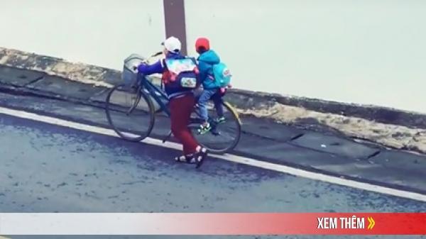 Khoảnh khắc cậu bé chở em trai đi học bằng xe đạp lên dốc cao: Ngồi yên, thế giới để anh lo!