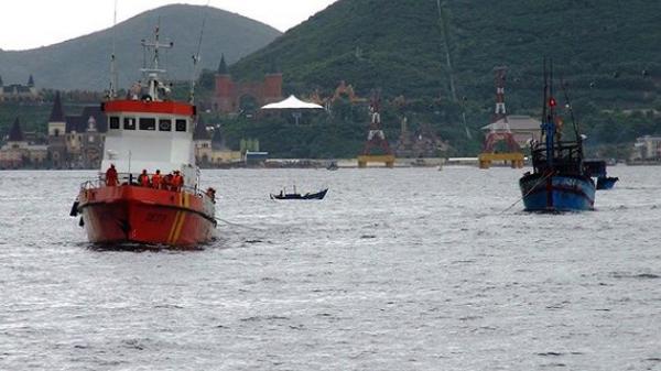 Hỗ trợ 14 ngư dân trên 2 tàu cá chết máy, thả trôi giữa biển
