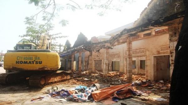 Quảng Bình: Sập tường sát chợ, tiểu thương tháo chạy tán loạn