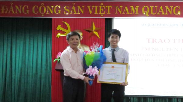 Trao thưởng học sinh Nguyễn Thế Quỳnh