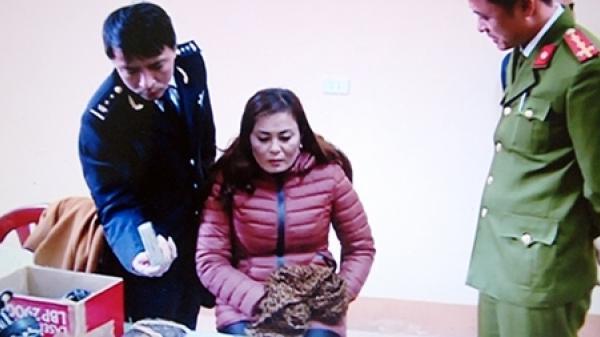 Một phụ nữ vận chuyển 3 bánh heroin trên xe khách