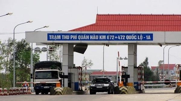 Bức xúc, người dân đưa ôtô chặn ngang trạm thu phí Quán Hàu