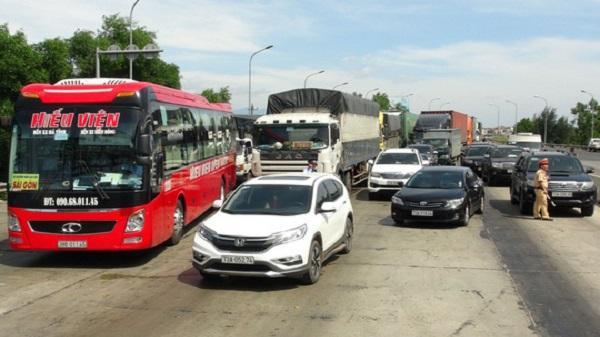 Hàng chục ô tô 'vây' trạm thu phí Quán Hàu gây ách tắc giao thông
