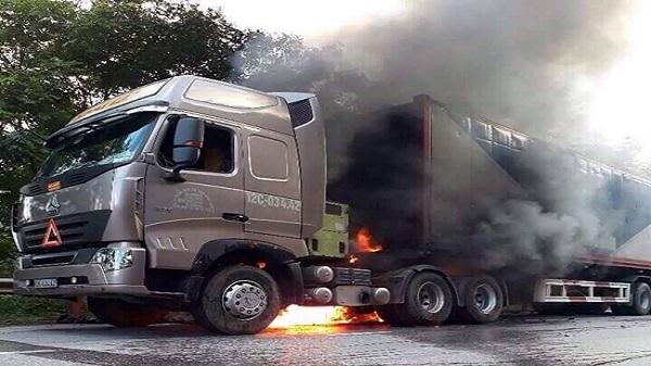 Xe đầu kéo đang lưu thông bất ngờ bốc cháy