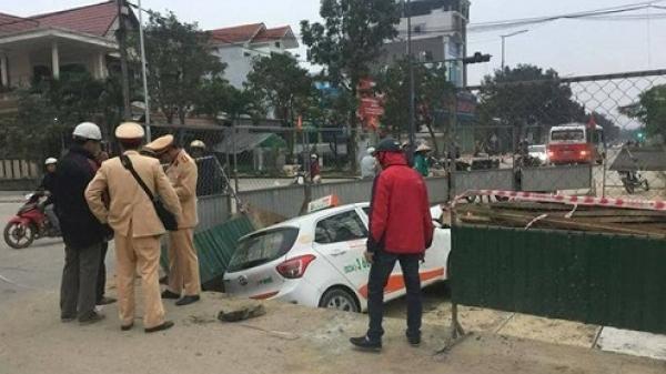 Taxi lao xuống hố công trình, tài xế trú tại Quảng Bình nhập viện cấp cứu