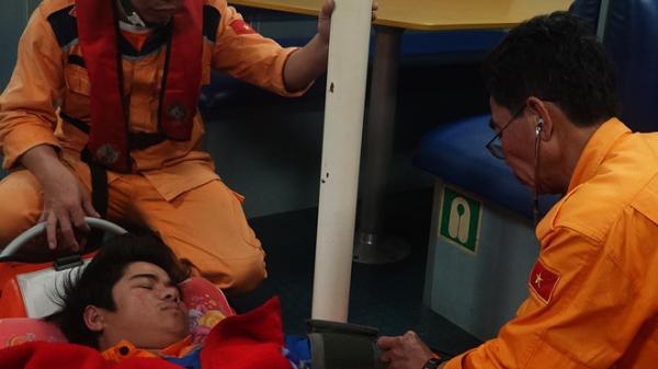 Vượt sóng lớn đưa thuyền viên Quảng Bình bị bệnh nguy kịch về đất liền