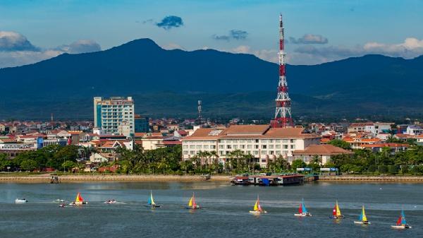 Quảng Bình: Đua thuyền buồm- thuyến kayak trên sông Nhật Lệ