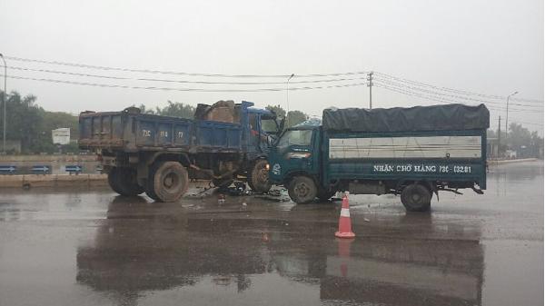 Xe tải đâm nhau trên quốc lộ, hai người bị thương nặng