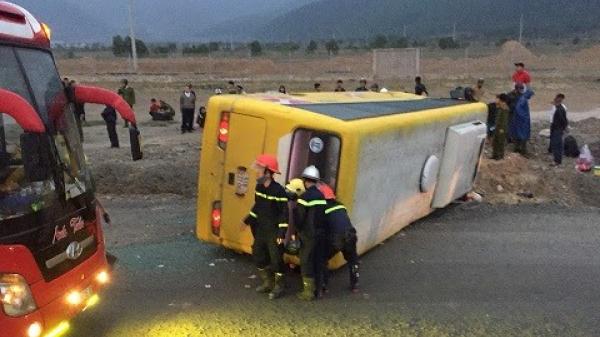 Lật xe khách chở người về quê ăn Tết, trên 12 người thương vong