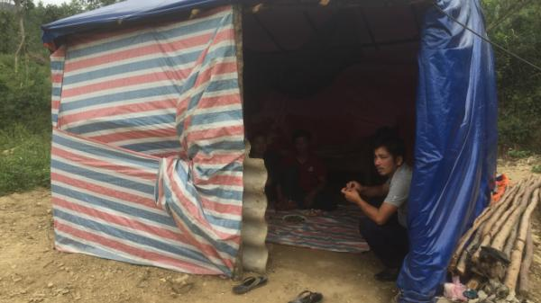 Xót thương gia cảnh vợ chồng nghèo dựng lều bạt đón tết với mấy cân gạo