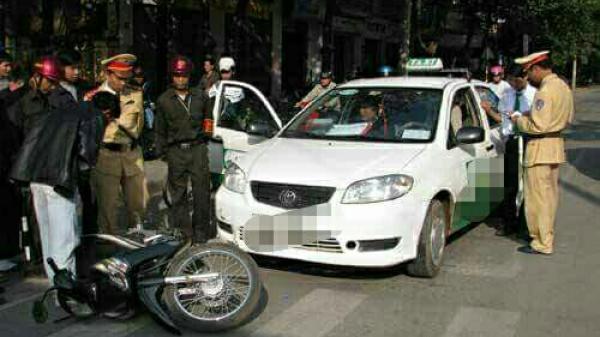 Quảng Bình: Va chạm với xe taxi, bị chém đứt gân tay