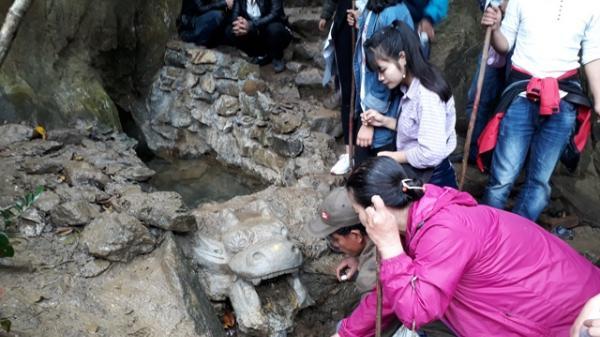 Chen chúc leo ngàn bậc lên núi thiêng Thần Đinh lấy 'nước thánh'