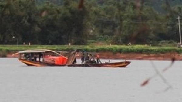"""Quảng Bình: """"Cát tặc"""" tung hoành trên sông Gianh, dân mất kế sinh nhai"""