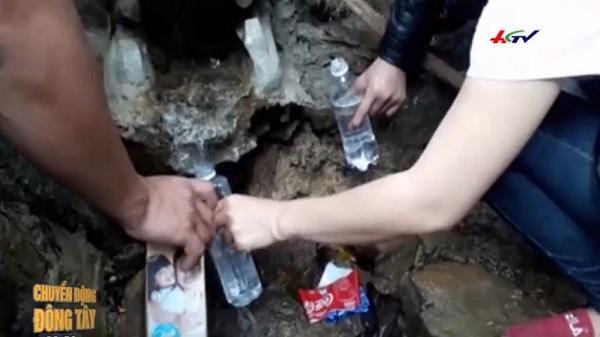 """Quảng Bình: Du khách chen chúc leo ngàn bậc lên núi thiên lấy """"nước thánh"""""""