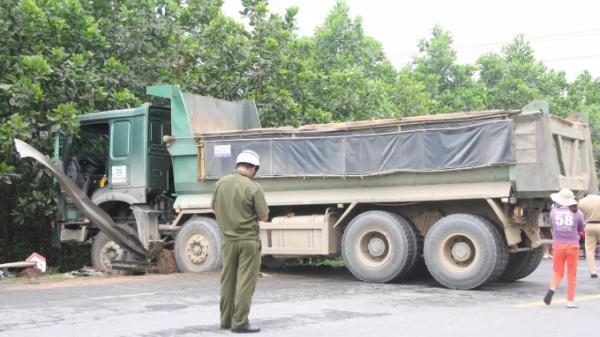 Xe máy va chạm kinh hoàng với ô tô tải do tài xế Quảng Bình điều khiển khiến 1 người chết