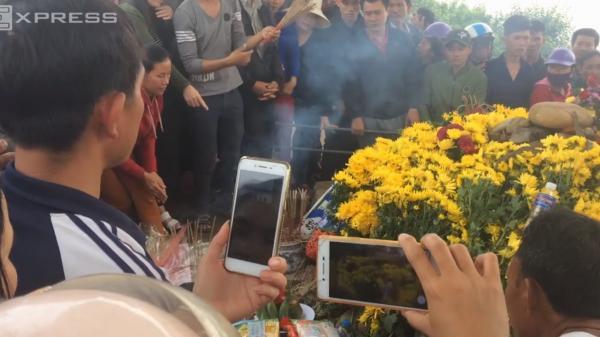 Người dân hiếu kỳ đến xem rắn bò lên mộ vô danh ở Quảng Bình