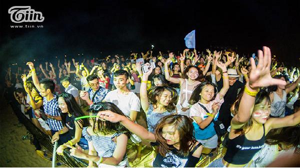 Những cô gái Quảng Bình nóng bỏng, quẩy tung tại đêm nhạc điện tử bên bờ biển