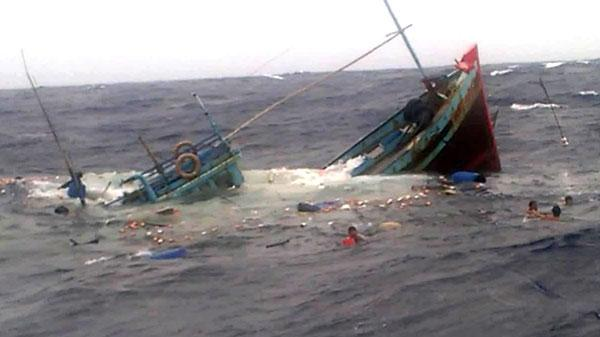 Quảng Bình: Cứu sống 7 thuyền viên bị đắm tàu