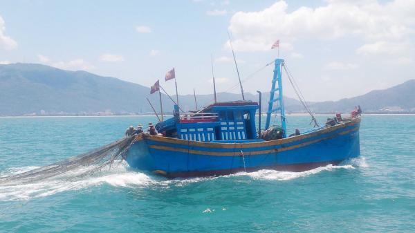 Thả lưới bằng máy trên vùng biển Quảng Bình, một ngư dân rơi xuống biển tử vong