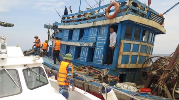 Tàu giã cào làm loạn vùng biển rộng Quảng Bình