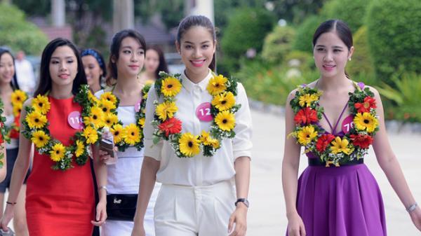 Phạm Hương tham gia trình diễn ở lễ hội đường phố ở Quảng Bình