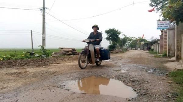 """Quảng Bình: Xe quá tải """"băm"""" nát đường liên thôn"""