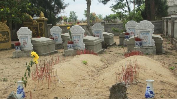 Kỳ lạ câu chuyện người phụ nữ Quảng Bình 21 năm tình nguyện canh mộ và tắm nước hoa cho cá voi