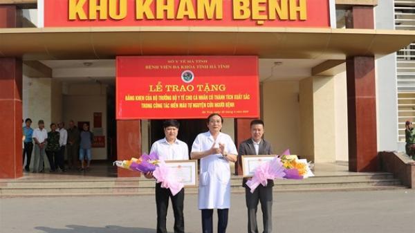 Bộ trưởng Bộ Y tế tặng bằng khen cho 2 cá nhân ở Quảng Bình tình nguyện hiến máu cực hiếm cứu người