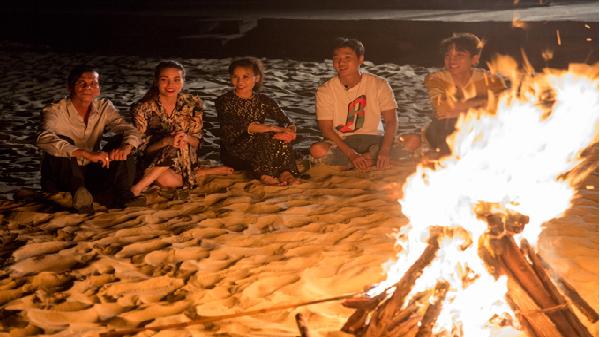 Hồ Ngọc Hà cổ vũ bố mẹ hát bên bờ biển Nhật Lệ