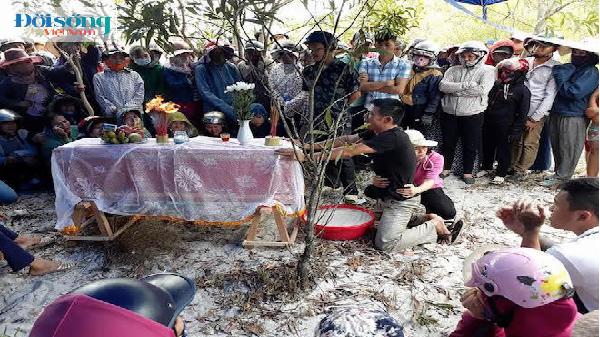 Bé trai 6 tuổi mất tích ở Quảng Bình: Cha khóc cạn nước mắt bên quan tài con
