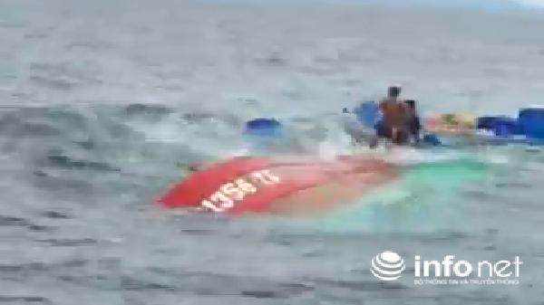 Quảng Bình: Một tàu cá bị chìm ngoài khơi được kéo vào bờ