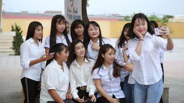 Hoa hậu Đỗ Mỹ Linh đẹp trong veo giao lưu cùng các bạn học sinh Quảng Bình