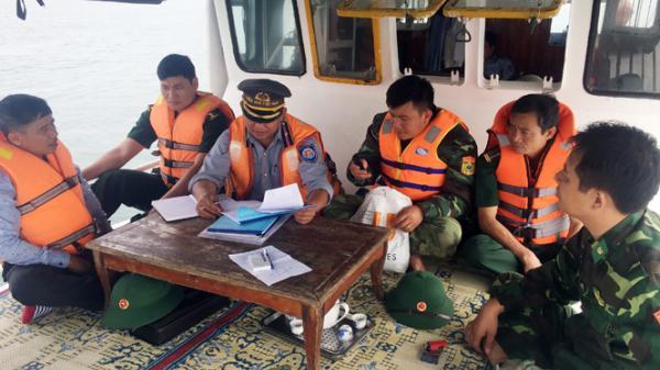 Bắt 2 tàu giã cào tận diệt thủy sản trên vùng biển Quảng Bình