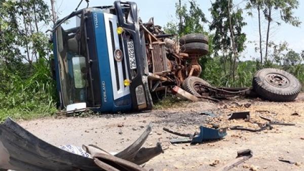 Quảng Bình: Vượt container, xe bồn đấu đầu xe tải lật ngửa, 2 tài xế bị thương nặng