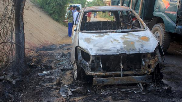 Quảng Bình: Innova cháy rụi khi đang chạy trên đường, 8 người thoát chết