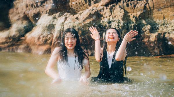 18 năm bên nhau và bộ ảnh ngọt ngào hết nấc của đôi bạn nữ 10x Quảng Bình khiến ai ai cũng ao ước có 1 tình bạn như thế