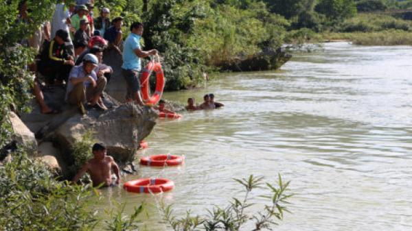 Quảng Bình: 2 học sinh bị nước cuốn mất tích khi đi câu cá