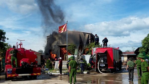 Quảng Bình: 200 khối gỗ quý trong xưởng gỗ bốc cháy dữ dội gần nửa ngày