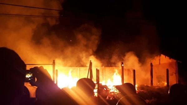 Quảng Bình: Kho gỗ nguyên liệu bốc cháy trong đêm