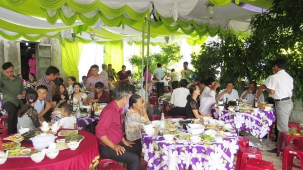 'Bão' cưới qua làng, nhiều người tái mặt vì thiệp hồng