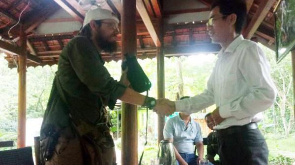 Du khách Mỹ xúc động nhận lại 30 triệu đánh rơi tại Quảng Bình