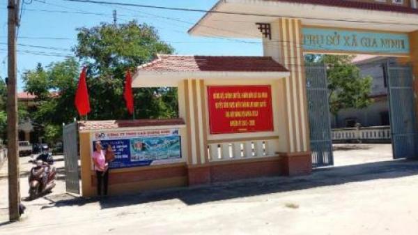Quảng Bình: Người dân trèo qua cổng UBND xã để vào nhà