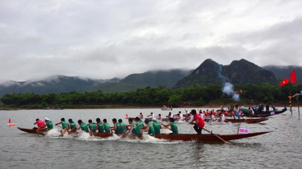 Sôi nổi giải đua thuyền truyền thống trên sông Gianh