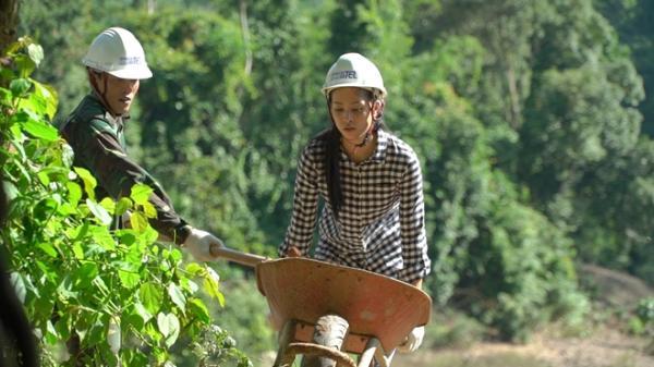 Hoa hậu Trần Tiểu Vy đẫm mồ hôi đào giếng cho bà con Quảng Bình