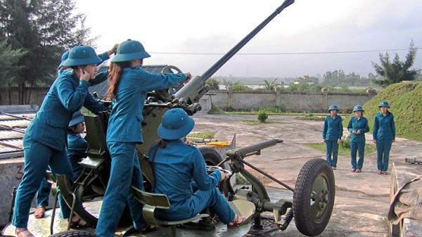 Nữ pháo cao xạ canh trời ở TP Đồng Hới