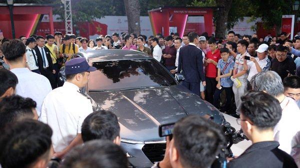 VinFast bán giá 'sốc', người dân xếp hàng mua xe trong đêm