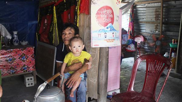 Quảng Bình: Xót xa cảnh cha tàn tật nuôi con khát sữa