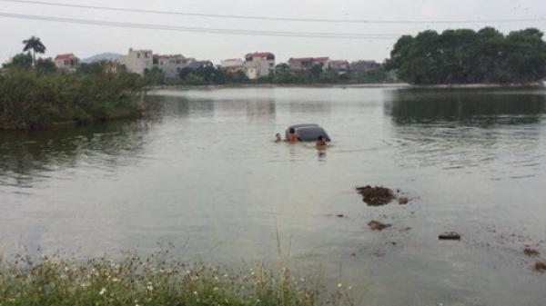 Chị gái tập lái lao ô tô xuống hồ ch.ìm nghỉm