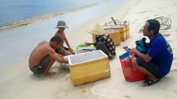 Quảng Bình: Thực trạng học sinh vùng biển bỏ học mưu sinh
